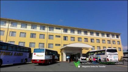 โรงแรมฟูจิมิฮานะที่ตั้งเด่นอยู่ริมทะเลสาบยะมะนะคะ
