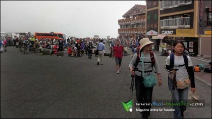 นักท่องเที่ยวเตรียมตัวเดินเท้าสู่ยอดภูเขาไฟฟูจิ