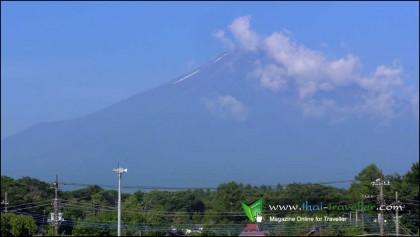 ภูเขาไฟฟูจิ เมตร ตั้งอยู่ในพื้นที่รอยต่อของสองจังหวัด คือ จังหวัดชิซึโอะกะ และ จังหวัดยะมะนะชิ ประเทศญี่ปุ่น