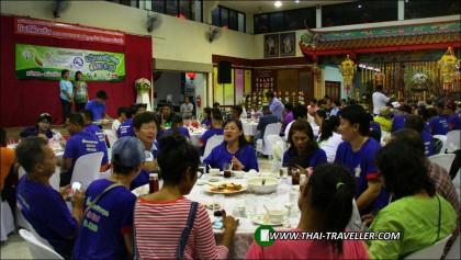 นางสาวธมลวรรณ เรืองขจร ผู้อำนวยการการท่องเที่ยวแห่งประเทศไทย สำนักงานตาก กล่าวต้อนรับคณะผู้ร่วมเดินทางงานเลี้ยงต้อนรับคณะคาราวานรถยนต์ท่องเที่ยว มหัศจรรย์สีเขียวเที่ยว 3 แม่ เส้นทางแม่สอด – แม่สะเรียง – แม่ฮ่องสอน