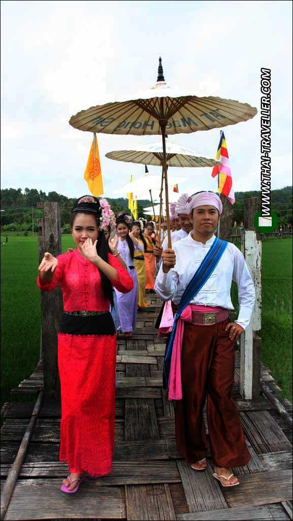 ขบวนฟ้อนรำนำหน้าคณะคาราวาน บนสะพานชูตองเป้ สวนป่่าภูสมะ จ.แม่ฮ่องสอน