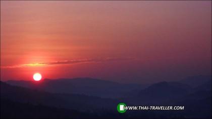 ดวงอาทิตย์ขึ้นยามเช้า อ.บ้านไร่ จ.อุทัยธานี