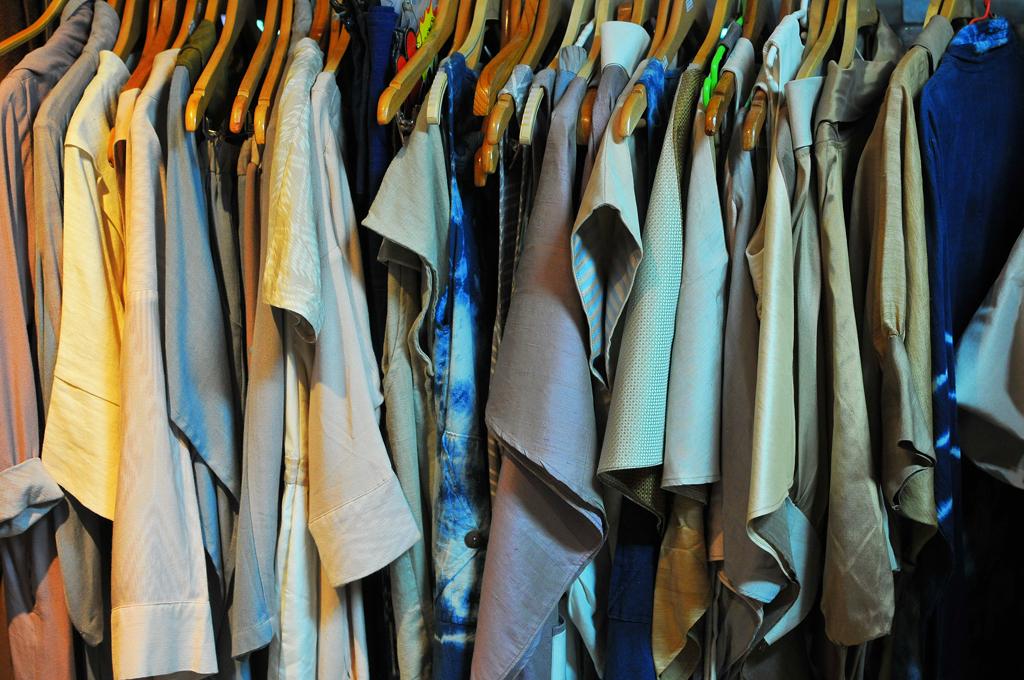 ตัดเป็นเสื้อผ้าทั้งชายหญิง  บ้านดอนข่า