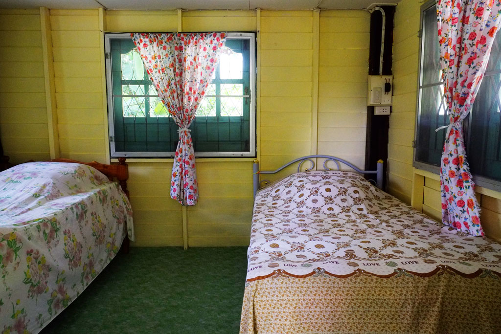 ห้องนอนเรียบง่ายในบ้านริมบึงบัว | โฮมสเตย์ศิลา จ.ขอนแก่น
