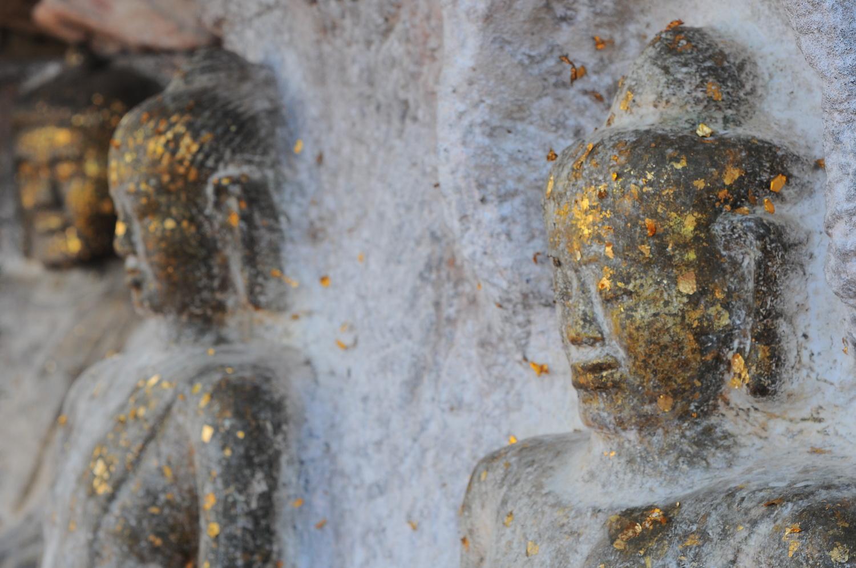 """ภูพระมีพระพุทธรูปแกะสลักจากหินผาชาวบ้านเรียก """"พระเจ้าองค์ตื้อ"""" มีอายุระหว่างพุทธศตวรรษที่ 18 - 19"""