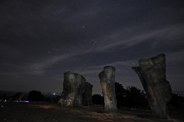 มอหินขาวกับดวงดาวในคืนขึ้น 9 ค่ำ