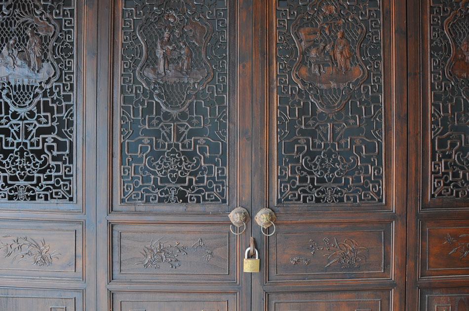 งานแกะสลักประตูไม้ละเอียดอ่อนสวยงามมาก