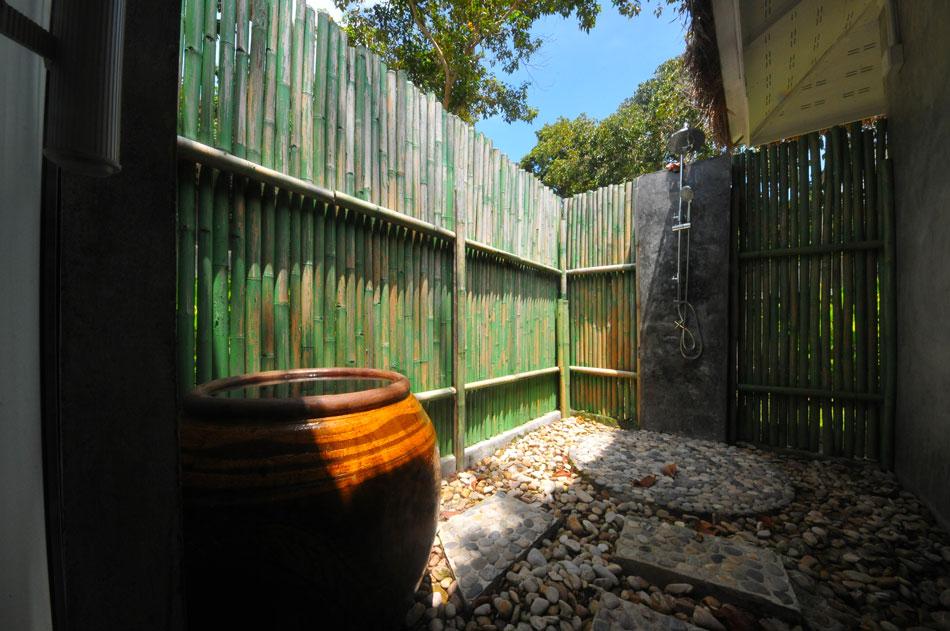 ห้องน้ำบ้านปากคลองแบ่งออกเป็นสองส่วน ส่วนนี้โอเพ่นหลังคา มีให้เลือกอาบทั้งแบบเชาเวอร์และตักอาบจากโอ่งมังกร  | Tan Marina Bay