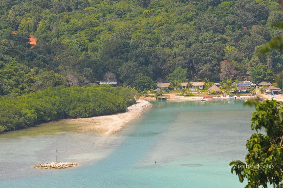 มุมนี้ถ่ายจากจุดชมวิวพระใหญ่ เป็นที่พักที่มีทัศนียภาพดีเยี่ยม ด้านหน้าติดทะเล ด้านหลังติดภูเขา | Tan Marina Bay