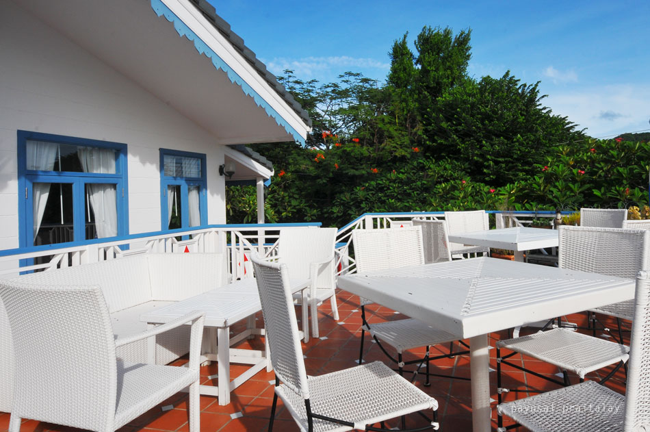 The Verandah Restaurant แบ่งออกเป็นสองส่วน คือด้านนอกและด้านใน