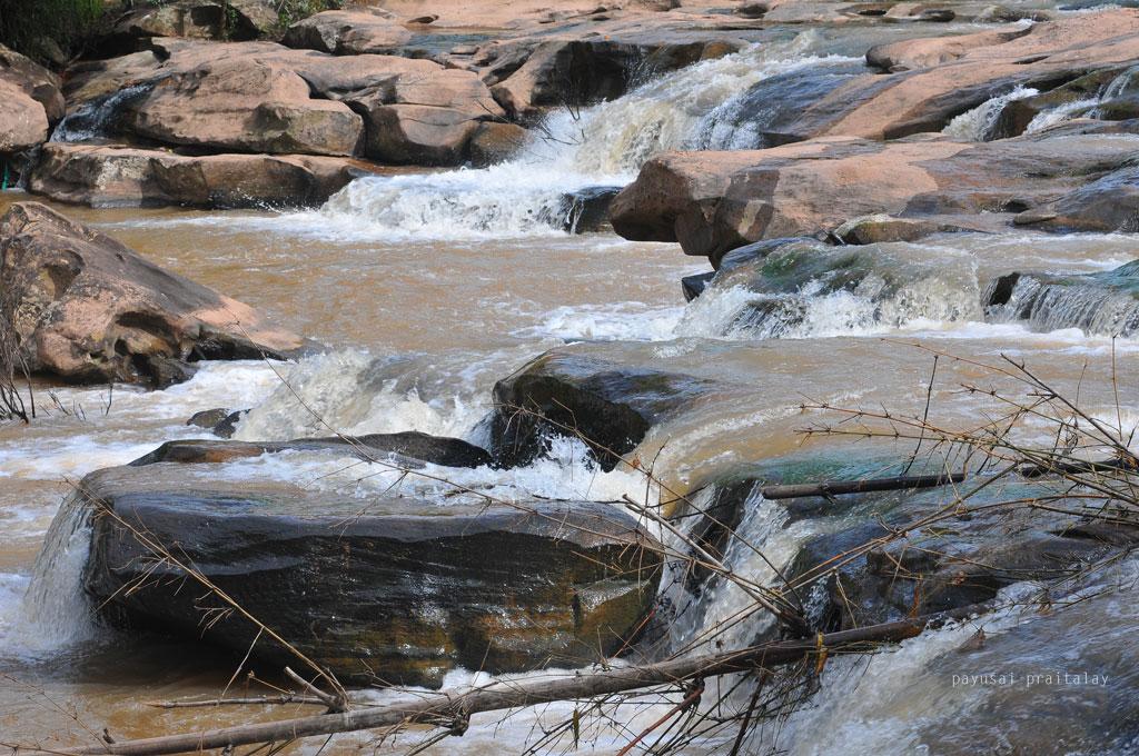 ลำน้ำสานเต็มไปด้วยแก่งหินแบบแผ่นหินเรียบ สามารถนั่งชมสายน้ำได้อย่างเย็นใจ | น้ำตกปลาบ่า ลำธาราแห่งสายน้ำสาน