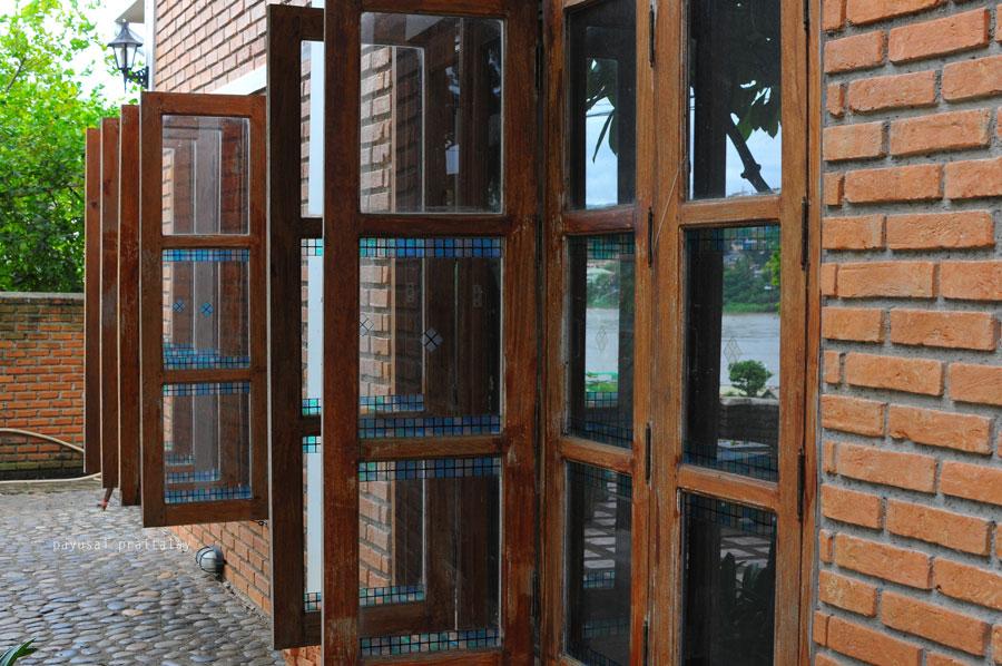 บ้านหลังแรกออกแบบได้ดี พืนที่กว้าง มีหน้าต่างขนาดใหญ่รอบบ้าน | สวัสดีโฮมสเตย์ เมืองเชียงของ