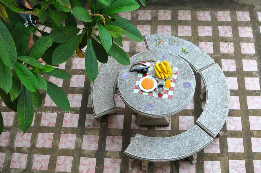 เพนเค้ก กาแฟ กล้วยหอม อาหารเช้าของสวัสดีโฮมสเตย์ บริเวณเทอเรสชั้นล่าง (บ้านพักหลังแรก) | สวัสดีโฮมสเตย์ เมืองเชียงของ