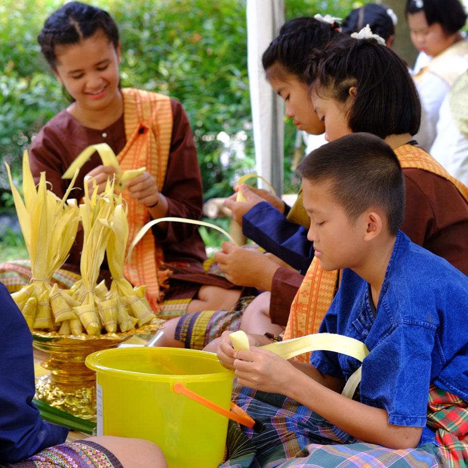 เด็กๆ ในหมู่บ้านมาช่วยกันทำข้าวต้มลูกโยน