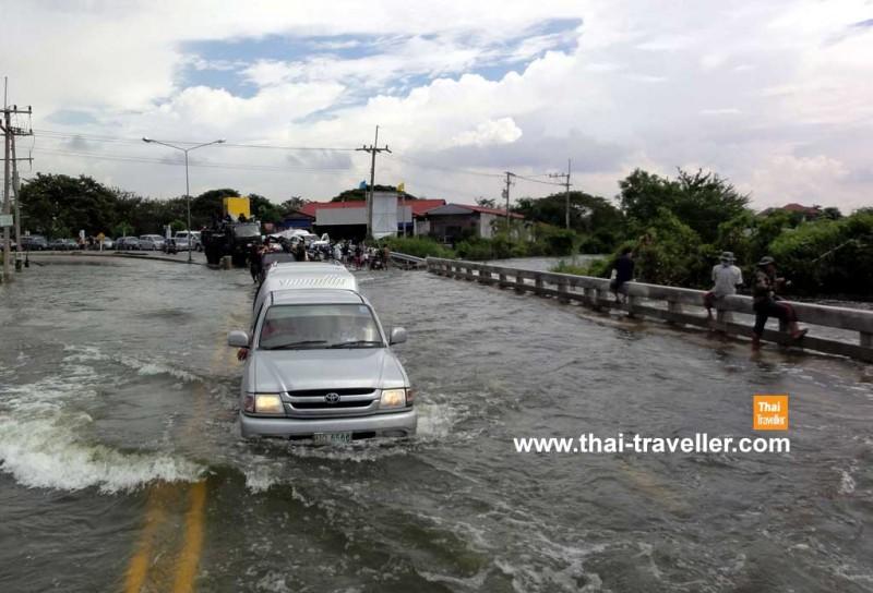 เทคนิคการขับรถ ไปในพื้นที่น้ำท่วม